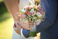 Braut und Bräutigam auf ihrem Hochzeitstag stockbilder