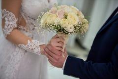 Braut und Bräutigam auf ihrem Hochzeitstag Lizenzfreies Stockbild