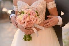 Braut und Bräutigam auf ihrem Hochzeitstag Stockfoto