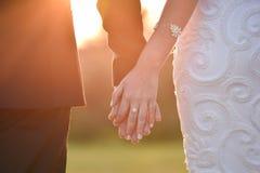 Braut und Bräutigam auf ihrem Hochzeitstag Stockfotografie
