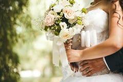 Braut und Bräutigam auf ihrer Hochzeit Stockbild
