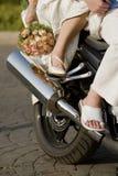 Braut und Bräutigam auf Motorrad Stockfotografie