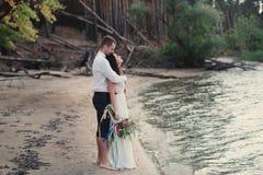 Braut und Bräutigam auf Naturlächeln Lizenzfreie Stockfotos