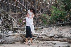 Braut und Bräutigam auf Naturlächeln Stockfoto
