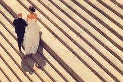 Braut und Bräutigam auf Treppe Stockbilder
