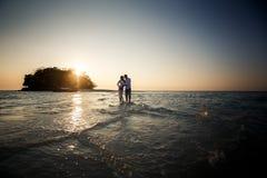 Braut und Bräutigam barfuß am Spucken Lizenzfreie Stockbilder