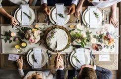 Braut und Bräutigam Cutting Cake auf Hochzeitsempfang Lizenzfreie Stockfotografie