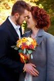 Braut und Bräutigam an der alten Brücke Einstellung des Herbstes im Freien stockbilder