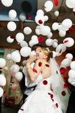 Braut und Bräutigam in der Hochzeitsfeier Stockfotografie