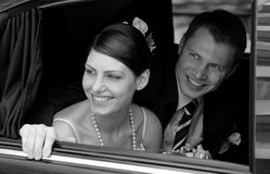 Braut und Bräutigam in der Hochzeitslimousine Stockfotos
