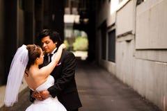 Braut und Bräutigam in der im Stadtzentrum gelegenen Gasse Lizenzfreies Stockfoto