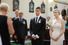 Braut und Bräutigam an der Kirche Stockfotografie