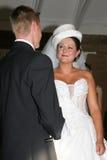 Braut und Bräutigam in der Kirche stockfoto
