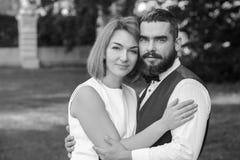 Braut und Bräutigam in der Liebe lächelnd gerade geheiratet lizenzfreie stockbilder