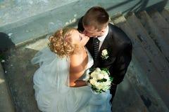 Braut und Bräutigam der Treppen Stockfotografie