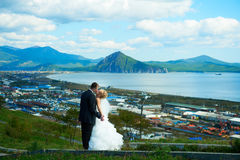 Braut und Bräutigam des blauen Himmels Lizenzfreie Stockfotografie
