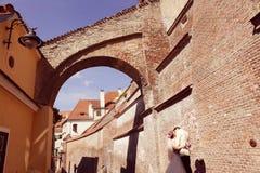 Braut und Bräutigam, die in alte Stadt gehen Stockfoto