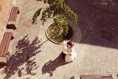Braut und Bräutigam, die in alte Stadt gehen Stockfotografie