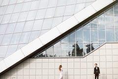 Braut und Bräutigam, die auf den Straßen der alten Stadt aufwerfen stockfotografie