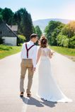 Braut und Bräutigam, die auf die Straße gehen Stockfoto