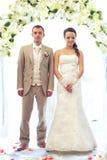 Braut und Bräutigam, die auf Weiß aufwerfen stockfotos