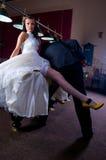 Braut und Bräutigam, die Billiard spielen. lizenzfreie stockfotografie