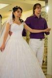 Braut und Bräutigam, die den ersten Tanz an ihrem tanzen stockfotografie