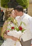 Braut und Bräutigam, die einen Kuss austauschen Lizenzfreies Stockbild