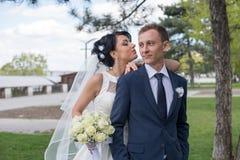 Braut und Bräutigam, die entlang Straße gehen Stockbilder