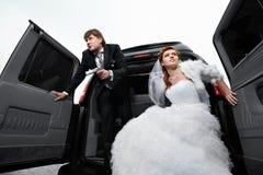 Braut und Bräutigam, die Gangster spielen Lizenzfreie Stockfotografie