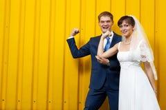 Braut und Bräutigam, die gegen Wand aufwerfen stockbild