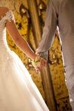 Braut und Bräutigam, die Hand für Hochzeitszeremonie halten Stockbild