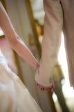 Braut und Bräutigam, die Hand halten Stockfotos