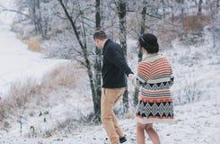 Braut und Bräutigam, die hinunter den Hügel gehen Stockfotografie