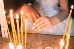 Braut und Bräutigam, die ihre Hände zeigen stockbild