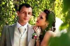 Braut und Bräutigam, die im Park aufwerfen lizenzfreie stockfotos