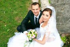 Braut und Bräutigam, die im Park aufwerfen stockfoto