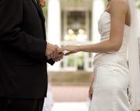 Braut und Bräutigam, die Ringe austauschen Lizenzfreie Stockfotografie