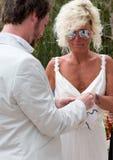 Braut und Bräutigam, die Ringe austauschen Stockfoto