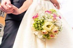 Braut und Bräutigam, die ` s Hand sich halten stockfoto