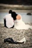 Braut und Bräutigam, die sich entspannen Stockbild