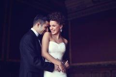 Braut und Bräutigam, die sich halten Lizenzfreie Stockfotos