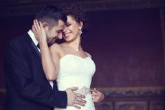 Braut und Bräutigam, die sich halten Stockfotografie