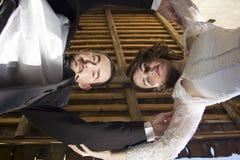 Braut und grrom, die unten schauen Stockfotos