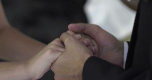 Braut und Bräutigam, die Versprechen vor Priester austauschen stock footage