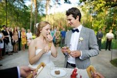 Braut und Bräutigam, die von den Eltern getroffen wird lizenzfreies stockbild