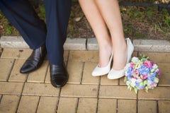 Braut und Bräutigam, die Weg draußen am warmen Tag des Frühlinges oder des Sommers haben Stockbilder