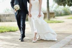 Braut und Bräutigam, die zusammen in Hochzeitstag gehen Lizenzfreies Stockfoto