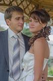 Braut und Bräutigam, die zusammen stehen Lizenzfreies Stockbild