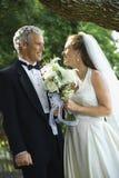 Braut und Bräutigam draußen. stockfoto